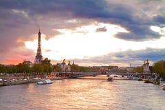 Alexandre桥梁III和埃佛尔铁塔,巴黎, 库存照片