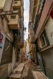Alexandrië, Egypte, een steeg van een oude Arabische die stad met divers vuilnis wordt vervuild stock fotografie