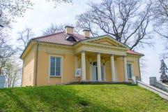 Alexandria Cottage amarela no parque do palácio de Czartoryski em Pulawy, Polônia fotografia de stock royalty free