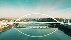 ALEXANDRIA, ITÁLIA - 4 DE JANEIRO DE 2019 Vista aérea da ponte moderna de Ponte Meier sobre o rio de Tanaro fotografia de stock royalty free