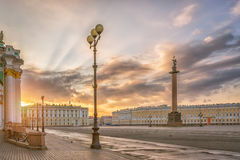 The Alexandrian Pillar and the Palace Square in St. Petersburg i Royalty Free Stock Photos