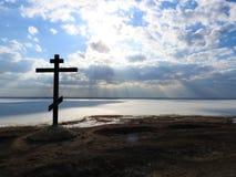 Alexandrov berg i Pereslavl, korset och en sagolik sikt av sjön i isen i vinter, molnen för blå himmel royaltyfri bild