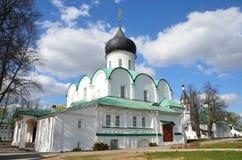 Alexandrov Ryssland, Maj, 02,2014, rysk plats: Folk som g?r n?ra den Troitsky domkyrkan i Aleksandrovskaya Sloboda royaltyfri fotografi