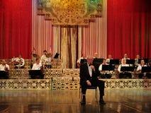 Alexandru Arsinel obsiadanie na krześle na scenie teatr Constantin Tanase obrazy stock