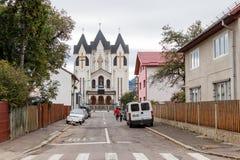 Alexandru Odobescu街和圣洁皇帝康斯坦丁和海伦娜的东正教在布拉索夫市在罗马尼亚 免版税图库摄影