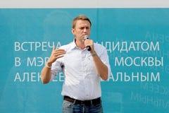 Alexey Navalny contra uma placa da propaganda Fotografia de Stock Royalty Free