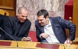 Alexis Tsipras habla con el Ministro de Hacienda Yanis Varoufakis fotografía de archivo