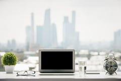 Alféizar con el ordenador portátil Fotografía de archivo libre de regalías