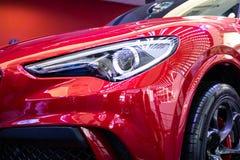 Alfa metálico vermelho Romeo Stelvio do carro da cor fotos de stock royalty free