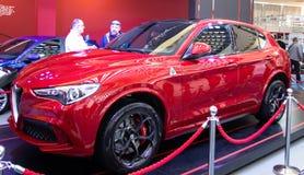 Alfa metálico vermelho Romeo Stelvio do carro da cor fotografia de stock royalty free