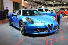 Alfa Romeo 4C sportscar está na exposição automóvel 2017 de Dubai Fotos de Stock