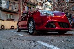 Alfa romeo Giuletta, obscuridade da cor - vermelha, lavada e lustrada fotos de stock