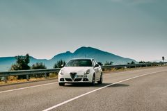 Alfa Romeo Giulietta Car Of White Color en autopista española fotos de archivo