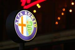 Alfa Romeo Sign en el fondo de la noche fotos de archivo libres de regalías