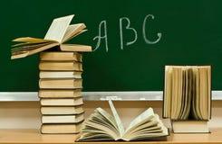 Alfabet en boeken stock afbeeldingen