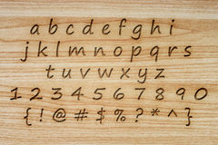 Alfabet en punctuatie op houten textuurachtergrond Royalty-vrije Stock Foto's