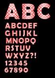 Alfabet i kontrollerad design, stora bokstav och bokstäver i röd och vit design, nummer, fråga och utropstecken Arkivfoto