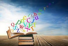 Alfabet med böcker i himmelbakgrund Royaltyfri Foto
