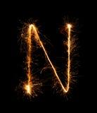 Alfabet N (versalar) för tomteblossfyrverkeriljus på natten Royaltyfria Foton