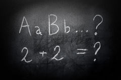 Alfabet och likställande för utbildningsbegreppsabc på svart tavla Arkivbilder