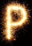 Alfabet P för tomteblossfyrverkeriljus på svart Arkivfoton