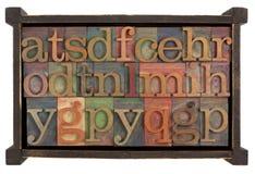 Alfabet in rusti houten doos royalty-vrije stock fotografie