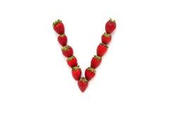 Alfabet V, bokstav från gruppen av jordgubbar är ordnat Top beskådar bakgrund isolerad white Arkivfoton