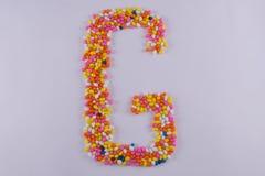 Alfabet van Sugar Coated Colorful Fennel Seeds wordt gemaakt dat stock foto