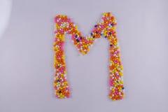 Alfabet van Sugar Coated Colorful Fennel Seeds wordt gemaakt dat stock foto's