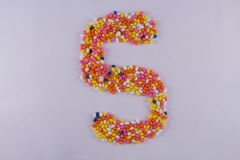 Alfabet van Sugar Coated Colorful Fennel Seeds wordt gemaakt dat stock afbeelding
