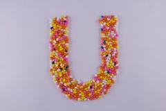 Alfabet van Sugar Coated Colorful Fennel Seeds wordt gemaakt dat royalty-vrije stock afbeelding