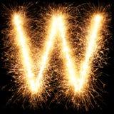 Alfabet W för tomteblossfyrverkeriljus på svart Royaltyfri Foto