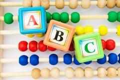 Alfabetblock och kulram Arkivbilder