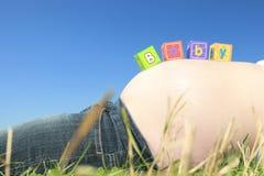 Alfabetblokken die BABY op een zwangere buik spellen Stock Foto