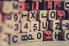 Alfabetbokstäver, nummer på den wood kubbokstavsstämpeln Royaltyfria Foton