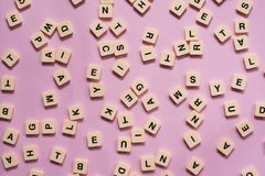 Alfabetbokstäver på rosa bakgrund Royaltyfri Bild