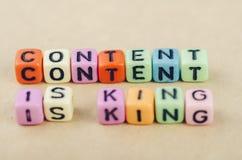 Alfabetbokstavstärningen smsar på skrivbordet som stavar INNEHÅLLET, ÄR KONUNGEN fotografering för bildbyråer