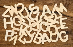 Alfabetbokstäver på träbakgrund tillbaka skola till Arkivbilder