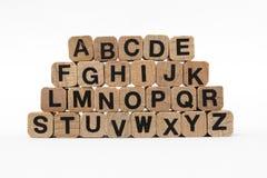 Alfabetbrieven op houten die kubussen, op wit worden geïsoleerd Royalty-vrije Stock Foto