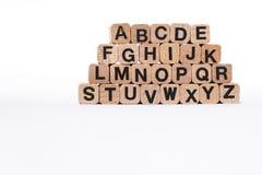 Alfabetbrieven op houten die kubussen, a-z, abc, op wit wordt geïsoleerd Stock Afbeeldingen