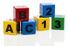 Alfabetbyggnadsblock som visar ABC och 123 Royaltyfri Foto