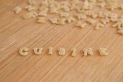 Alfabetdeegwaren die tekstkeuken het koken in het Frans vormen stock fotografie