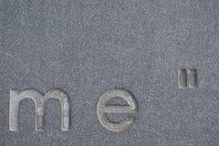 Alfabetet på det konkreta marmorgolvet arkivbild