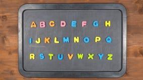 Alfabetet stoppar rörelseanimering med skumbokstäver stock video