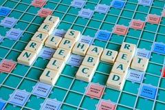 Alfabetet uttrycker stavningstegelplattor Arkivbild