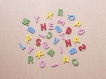 Alfabeti variopinti su carta marrone Fotografie Stock
