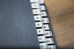 Alfabetische registratie op een zwarte omslag Stock Foto's