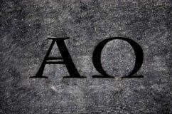 Alfabetisk och omega i sten Arkivfoton
