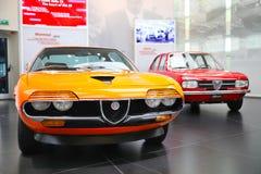 Alfabetisk Romeo Alfasud, Montreal modeller på skärm på det historiska museet Alfa Romeo royaltyfri bild