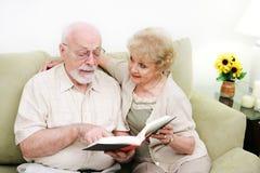Alfabetización de adultos mayor de los pares Imagen de archivo